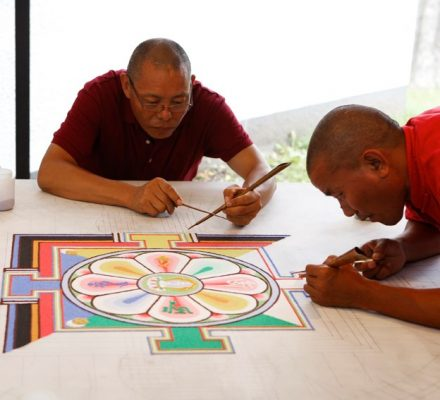 Tibetanske munke laver sand-mandala i Århus festuge