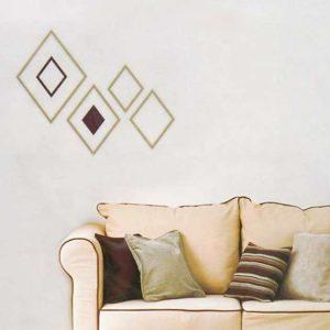 Indret bolig med træ skabelon på væggen