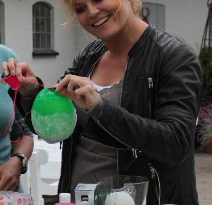 Cecilie Hother laver Tina dalbøges kreative ideer - her balloner som fyrfadsstager
