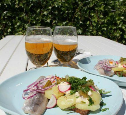 Dansk smørrebrød - kartoffelmad, purløg, rødløg, radiser og mayo