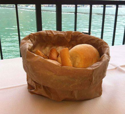 Italiensk brød i brun papirspose