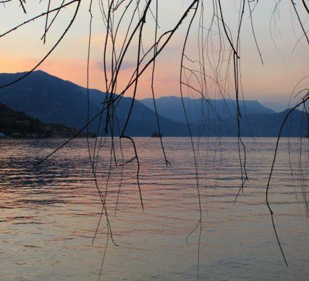 italien udsigt over øen i søen