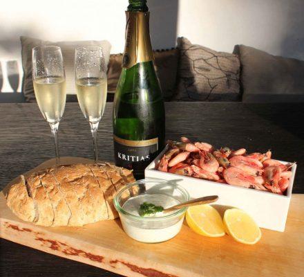 skalrejer, brød, citron, dressing og champagne