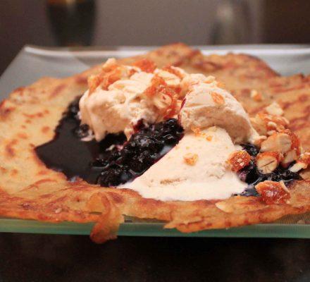 Pandekager med blåbær, is og mandelkrokat
