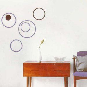Ide til indretning med træskabelon på væggen