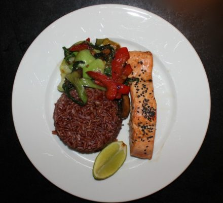 Laks med røde ris og thai-tilbehør