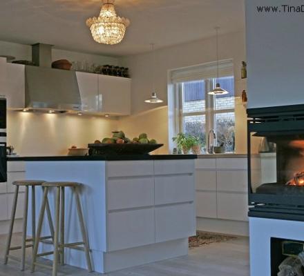 belysning ogkøkkenindretning med ø med granitbordplade