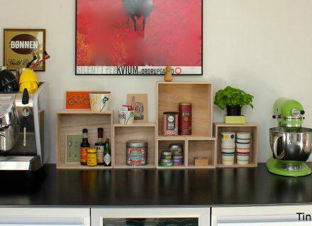 bogkasser af træ i et køkken
