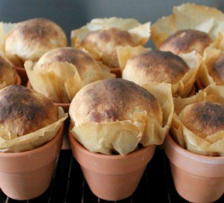 boller serveret og bagt i urtepotter