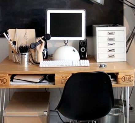 bord-lavet-af-paller-og-tavlemaling-featured-image