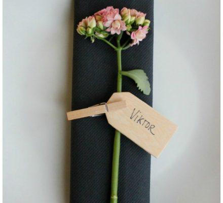 bordkort med blomster og manillamærke sort dug og servietter