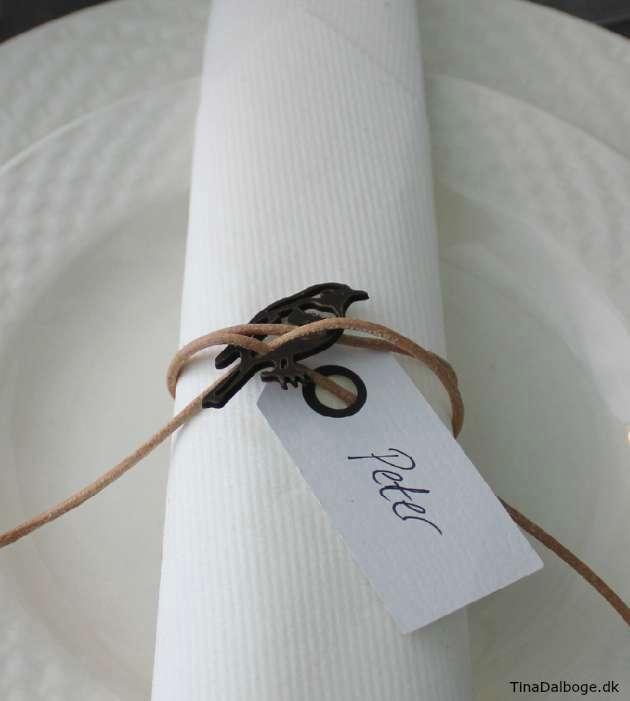 bordkort-med-fugl-og-lædersnøre-i-naturlook