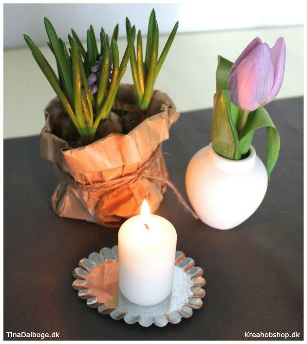bordpynt med løgplanter i papirsposer til fester med forårstema