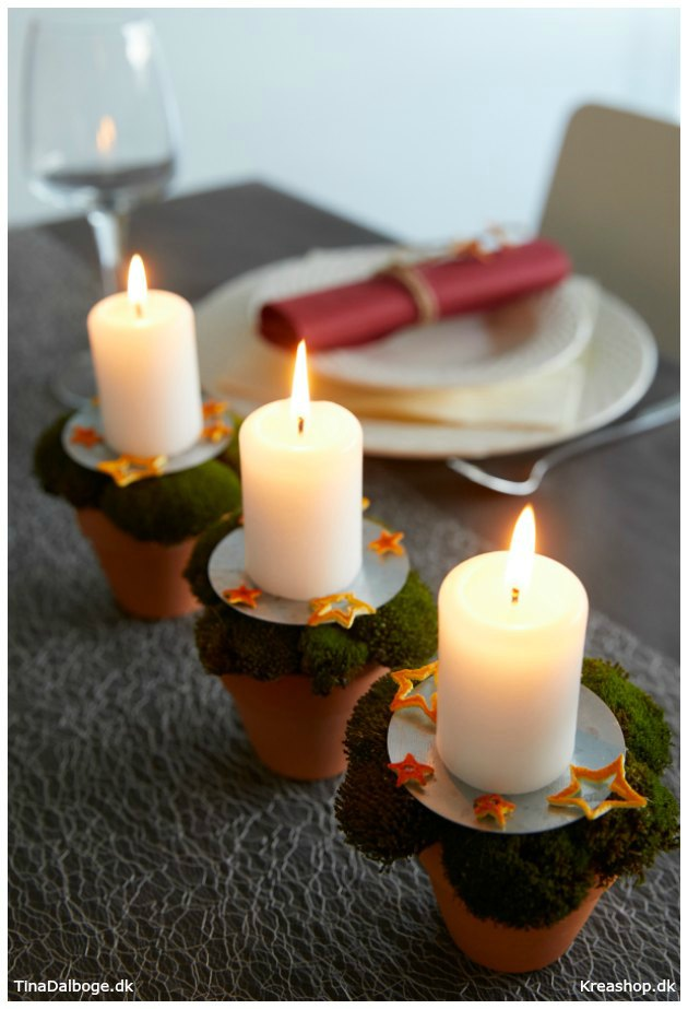 bordpynt-til-julebord-med-lys-urtepotter-mos-og-appelsinskraelsstjerner-tinadalboge