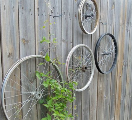 cykelhjul-brugt-som-kreative-detaljer-i-haven-featured-image