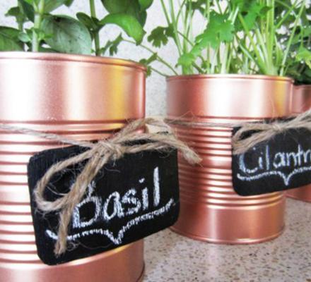 diy-lav-selv-urtepotteskjulere-af-genbrugs-konservesdaser-med-tavler-pa-featured-image