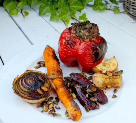 fyldte peberfrugter med løg, gulerod, rødbeder, kartofler, græskarkerner - til aftensmad - med lidt lakrids