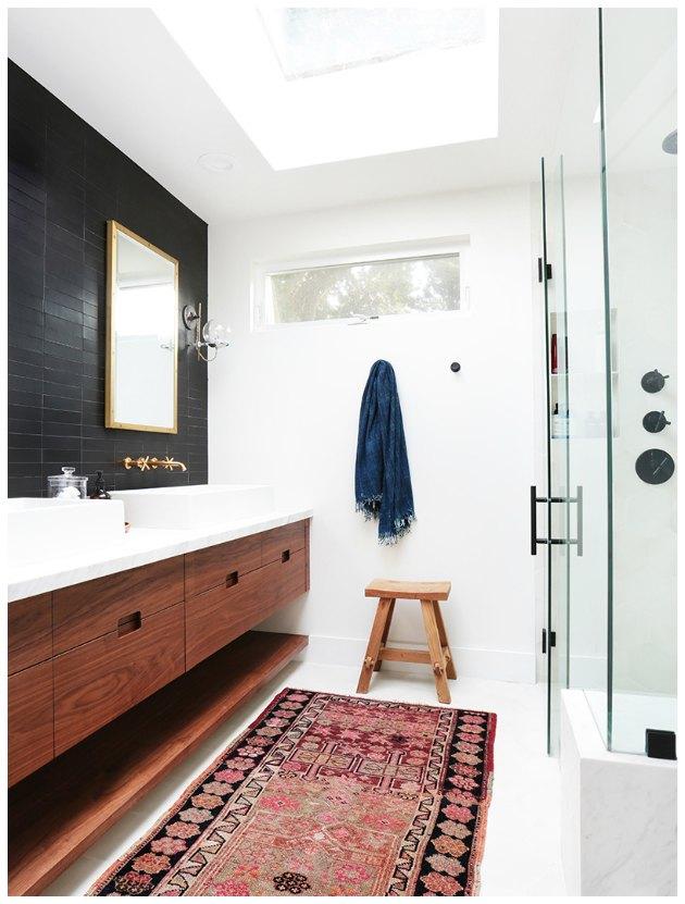 gammelt ægte tæppe på et badeværelse boligindretning