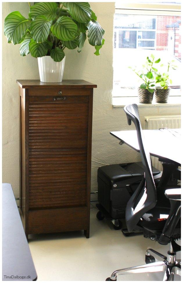 gammelt arkivskab jalousiskab brugt til indretning af et kontor tinadalboge