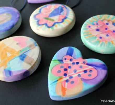 gaver børn kan lave ved at male med tusser på lak på lerfigurer fra kreahobshop