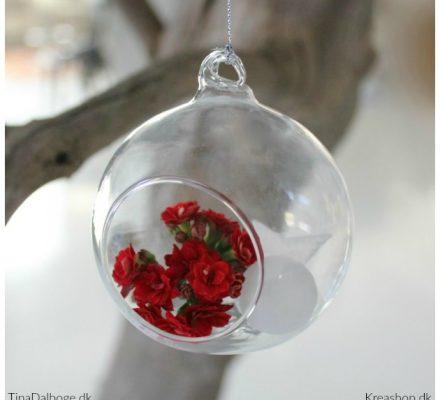 glaskugle-til-ophaeng-fra-kreashop-med-blomster-fra-queen-flowers