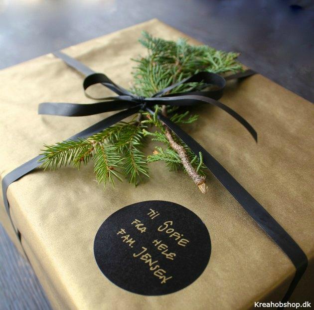 guld gavepapir med mat sort gavebånd ideer til gaveindpakning fra kreahobshop