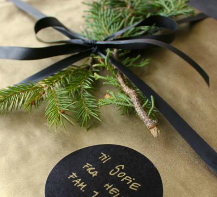 guld-gavepapir-med-mat-sort-gaveband-ideer-til-gaveindpakning-fra-kreahobshop-popular-post