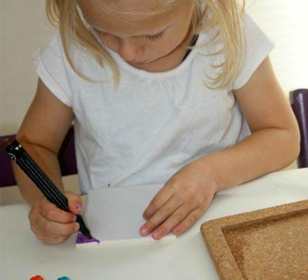 hjemmelavet gave som børn kan lave bordskåner i kork og porcelæn