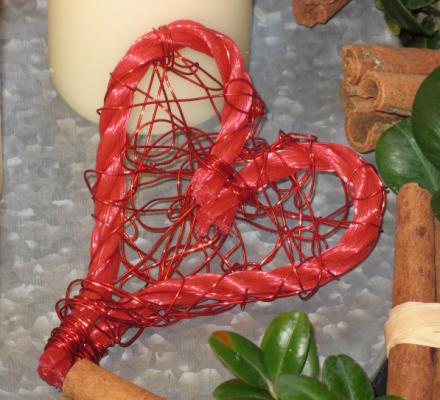 hjerte lavet af tovværk og ståltråd