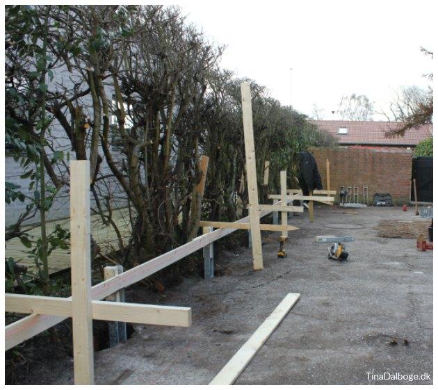 hvordan monterer man stolper og hegn med h beslag plus tinadalboge