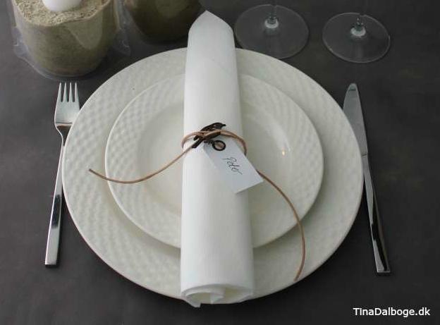 ide-og-inspiration-til-bordpynt-og-borddaekning-til-fester-med-posevase-og-serviet-med-laedersnoere-2