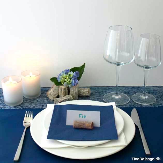 Anderledes og enkel bordopdækning til fester med træmix, lys, blomster og bordkort