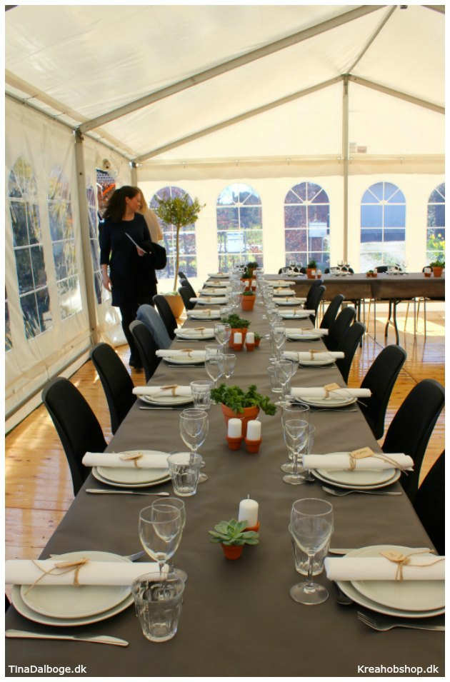 ide til fest borddækning med gråbrun dug og urtepotter i terracotta