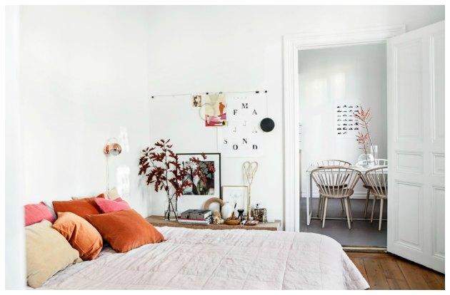 indretning af soveværelse med gyldne farver og hvide vægge
