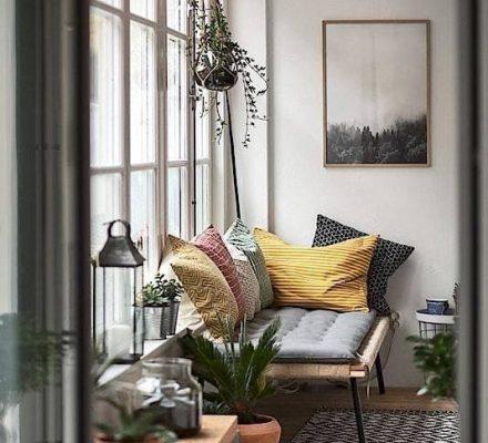 indretning med puder og diskrete farver