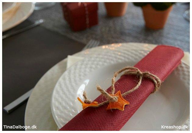 julebord-med-servietringe-af-hampgarn-og-appelsinskrael-som-stjerner