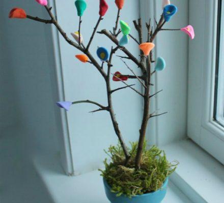 kreativ ide børn kan lave med silk clay og foamclay små træer med blomster og blade