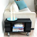 møbel lavet ud af en palle - et lille sidebord med hjul under fra Tina Dalbøges blog med kreative ideer