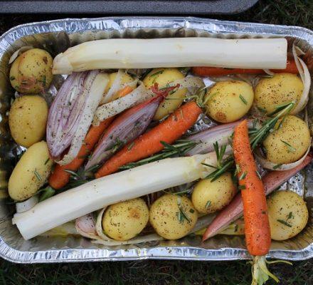 Madopskrift, kartofler og forskellige grøntsager i alubakke tilberedt på grill