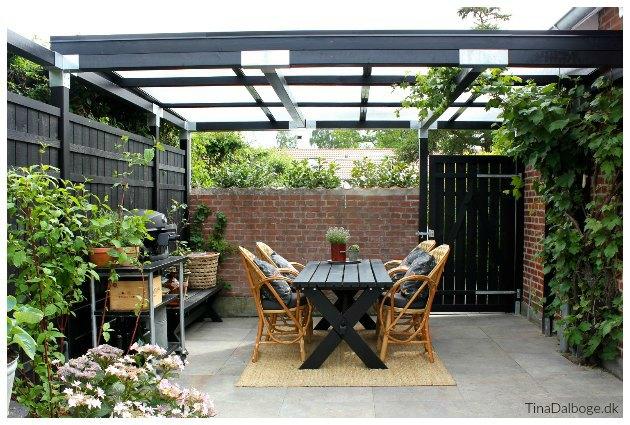 ny terrasse og gårdhave med kurvemøbler og overdækning plus tinadalboge