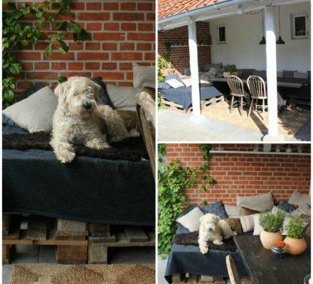 terrasse med daybed og bænk bygget op af paller