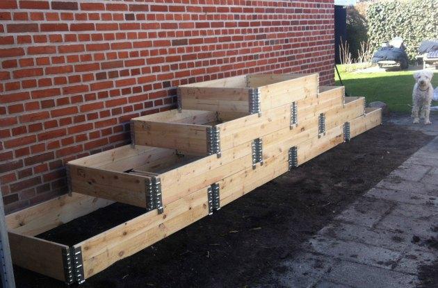 Se hvordan jeg er ved at bygge et stort højbed af pallerammer ...