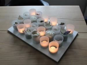pynt til paaskebordet med lysglas og blomster
