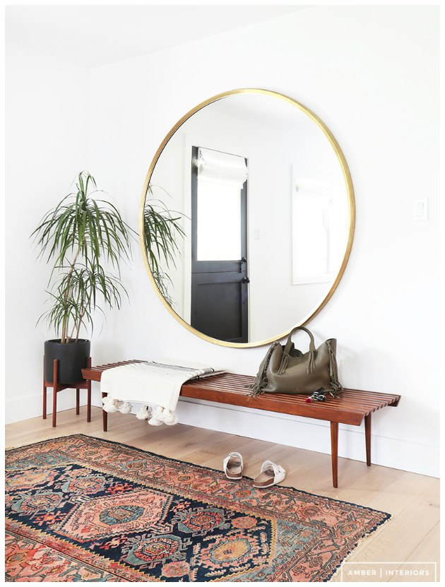 rundt spejl i entre med ægte tæppe