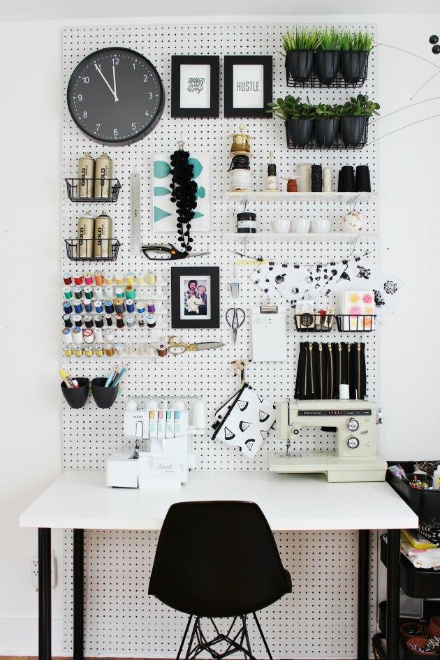 sådan kan man indrette et hobbyrum med hulplader på væggen tinadalboge.dk