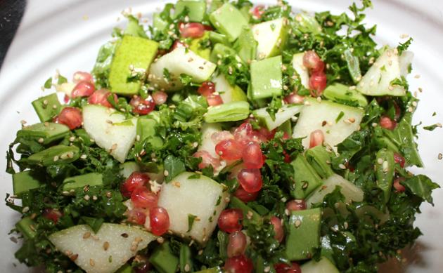 Sprød salat med grønkål, granatæblekerner og hestebønnerTinadalbøge.dk