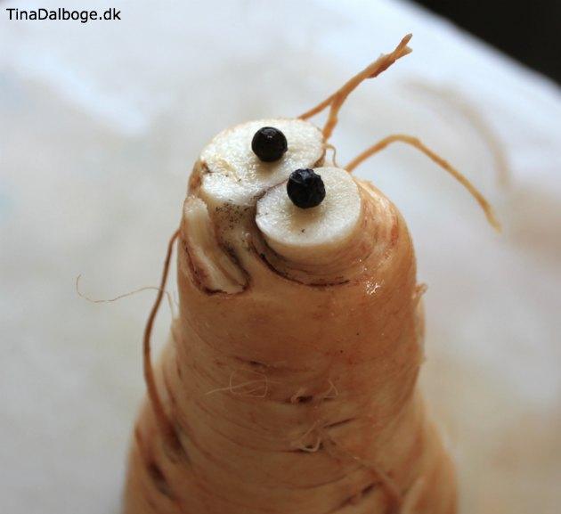 -sjov-figur-af-pastinak-med-oejne-af-peberkorn