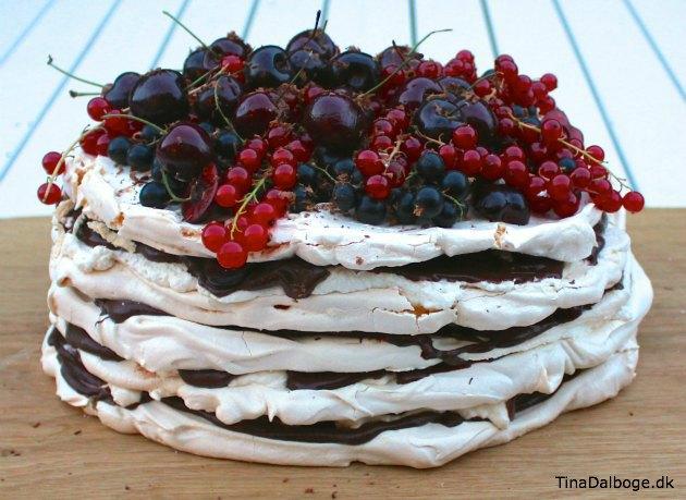 sommerdessert der er let at lave med marengs, bær, fløde og chokolade