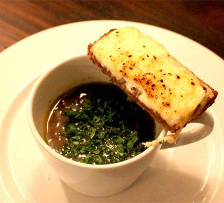 suppe med løg, selleri, svampe m.v.