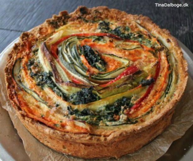 tærte med grønsager der ligger i synlige striber